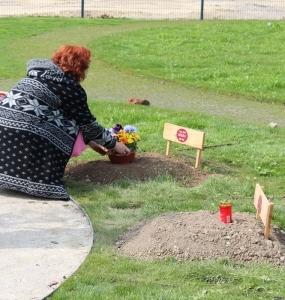 Begräbnis_Grab-mit-Gedenkzeichen_Blumenschmuck-(33)